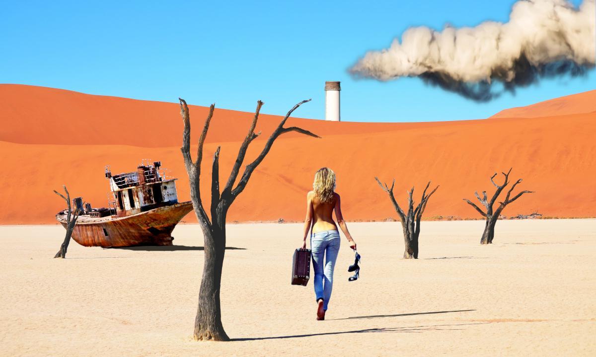 Femme s'éloignant dans le désert, arbres morts, bâteau rouillé, cheminée, épaisse fumée