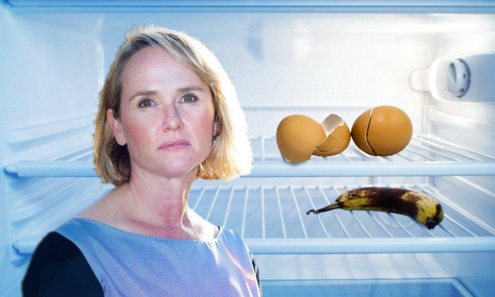Femme déçue devant son frigo ou ne reste qu'une banane blète et deux œufs cassés