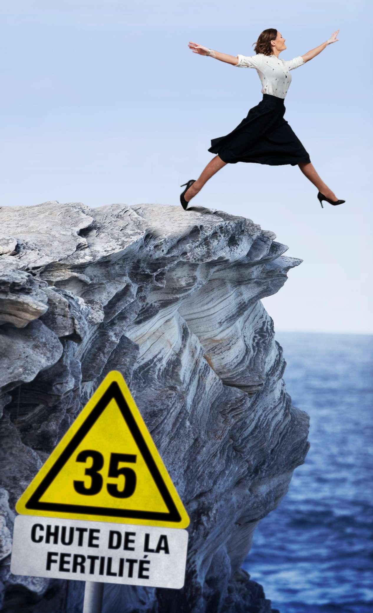 """Femme sautant d'une falaise, panneau """"35 ans, chute de la fécondité"""""""